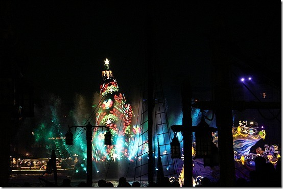 ディズニシーの夜のパレードとクリスマスツリー