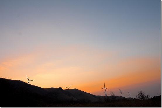 南阿蘇 俵山の夕暮れ風車