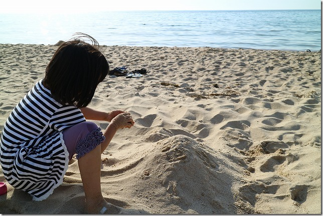 琴ヶ浜で鳴き砂遊び(出雲・境港の周遊旅行)