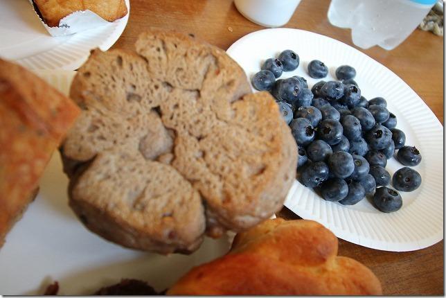 朝食のパンとくじゅう高原のブルベリー