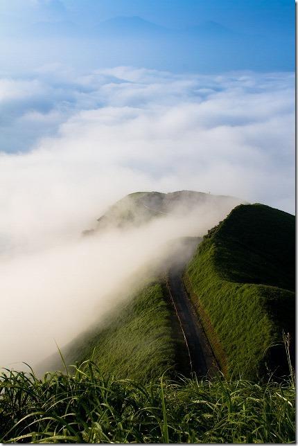 天空の道が雲に沈む
