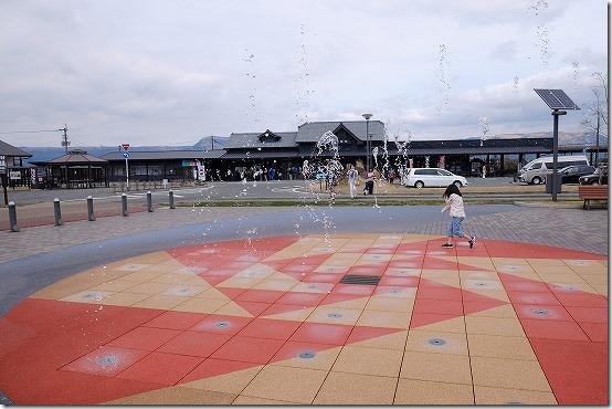 阿蘇駅前の噴水と子供