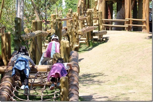 ときわ動物園の遊具と子供