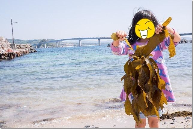 角島大橋で子供と水遊び、中道