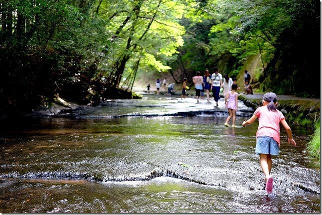 岳切渓谷で子供の水遊びと川歩き