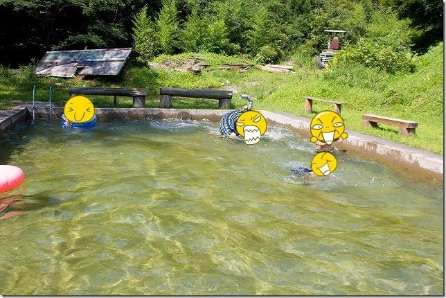 玖珠、宇戸の庄の湧水プールで子供と遊ぶ