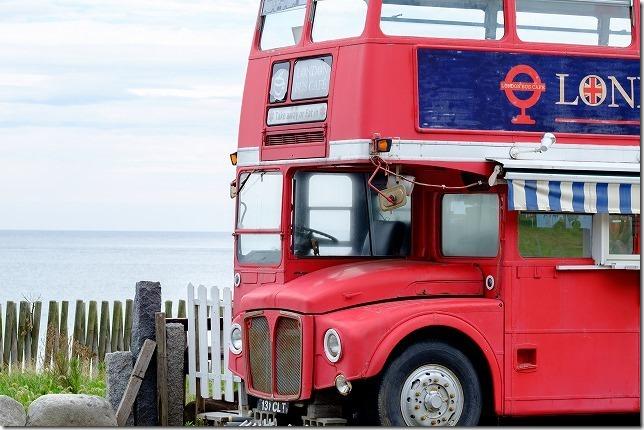 ロンドンバスのある糸島の浜で(福岡糸島)