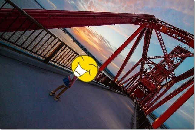 昇開橋に沈む夕日と子供