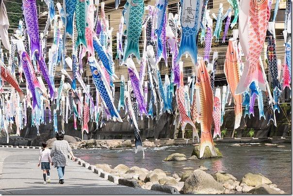 杖立温泉の鯉のぼりの中を散策