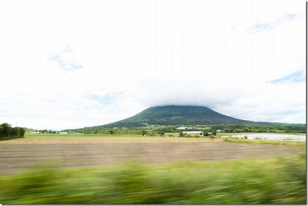 車窓から大きな開聞岳を見る