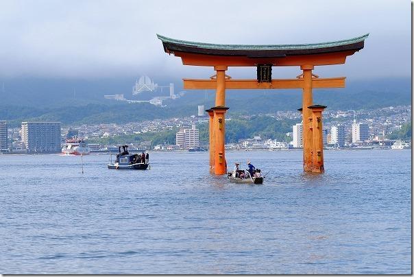 宮島の厳島神社の鳥居を船で