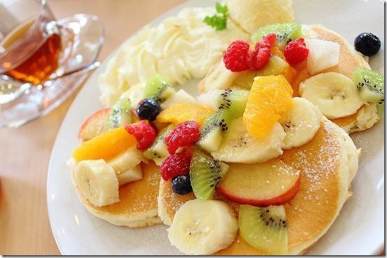 飯塚 デイジーの季節の果物パンケーキ