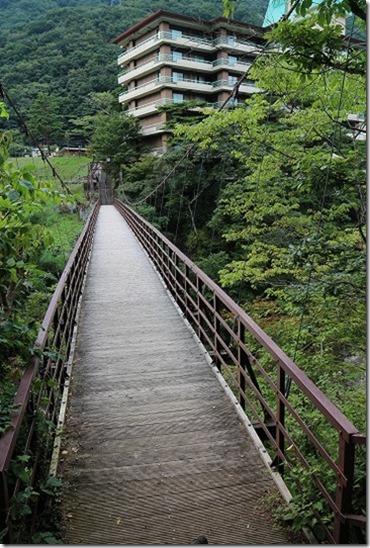 鬼怒川温泉 滝見橋 吊り橋を渡る
