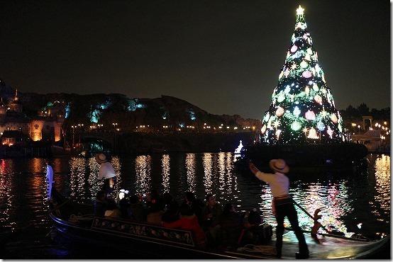 ディズニシーのクリスマスツリーと船