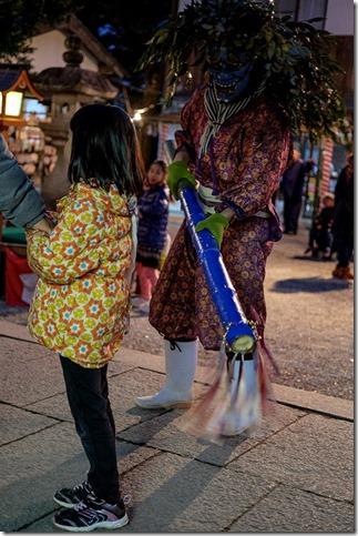 飯盛神社の鬼に尻叩かれる