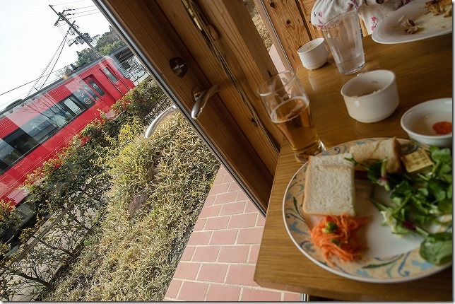 阿蘇駅 レストラン火星から電車を見る