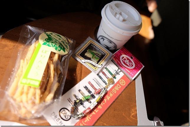 ゆふいんの森号でお菓子、コーヒー