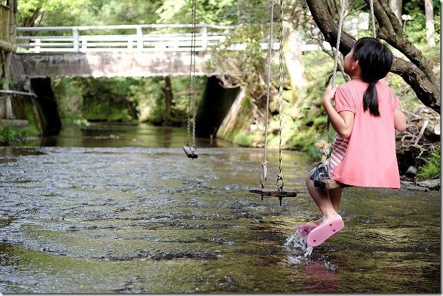 岳切渓谷、川の中のブランコ、子供