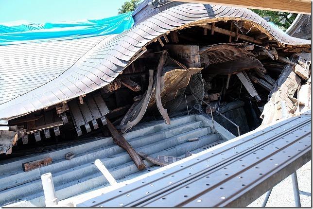 地震で崩壊した阿蘇神社の楼門