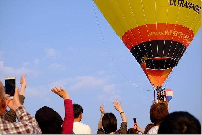 佐賀バルーンフェスタ、観客の上空を気球が