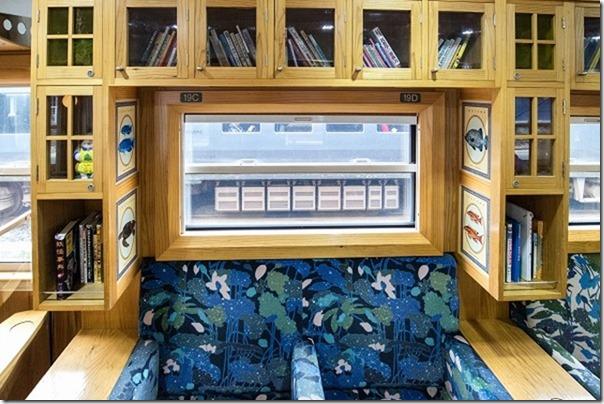 指宿のたまて箱の本棚ソファー
