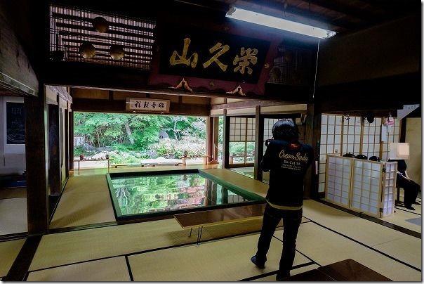 佐世保,寿福寺の新緑の映り込みを撮影