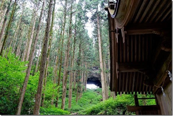 上色見熊野座神社の本殿から風穴