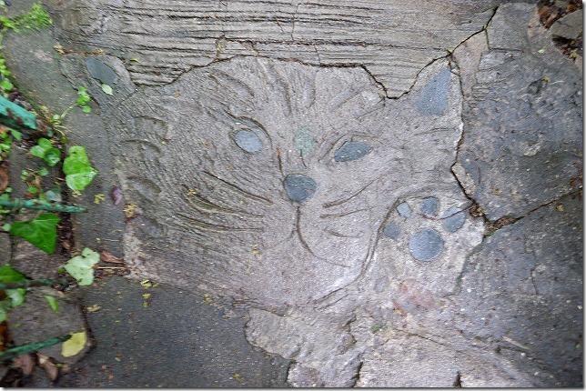 尾道,猫の細道の地面に猫