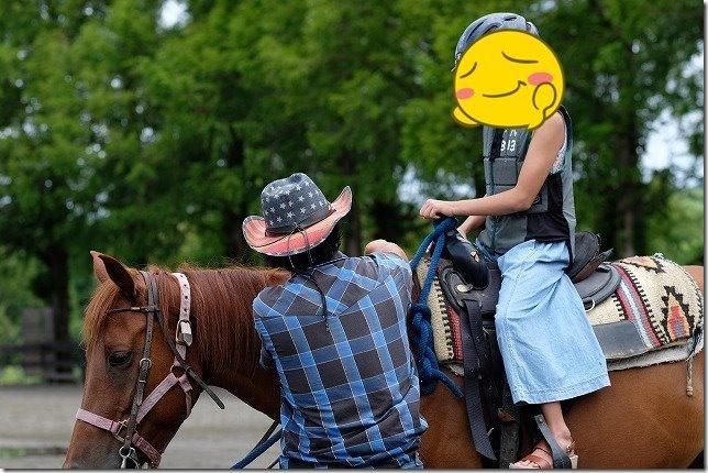 「くじゅう」で子供の乗馬体験(ミニ遠乗りコース)