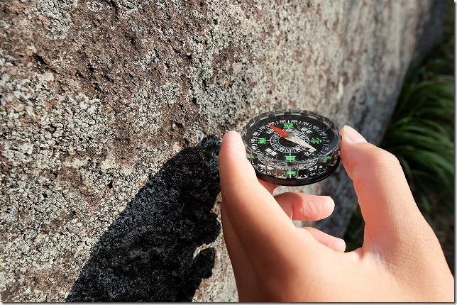 押戸石の丘の方位磁石が狂う。回る