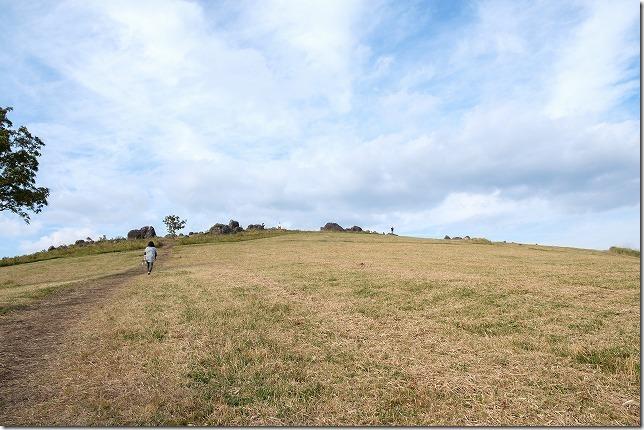 押戸石の丘を登る