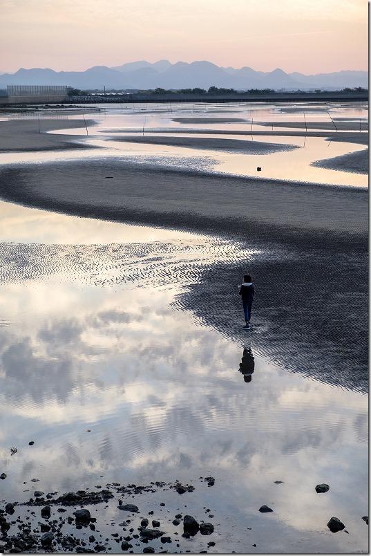 真玉海岸の鏡面の砂浜を散策