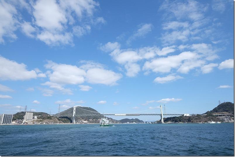関門海峡の真ん中付近から関門橋