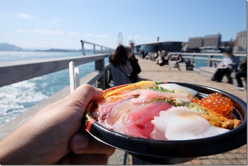 唐戸市場、関門海峡の海沿いで海鮮丼を食べる