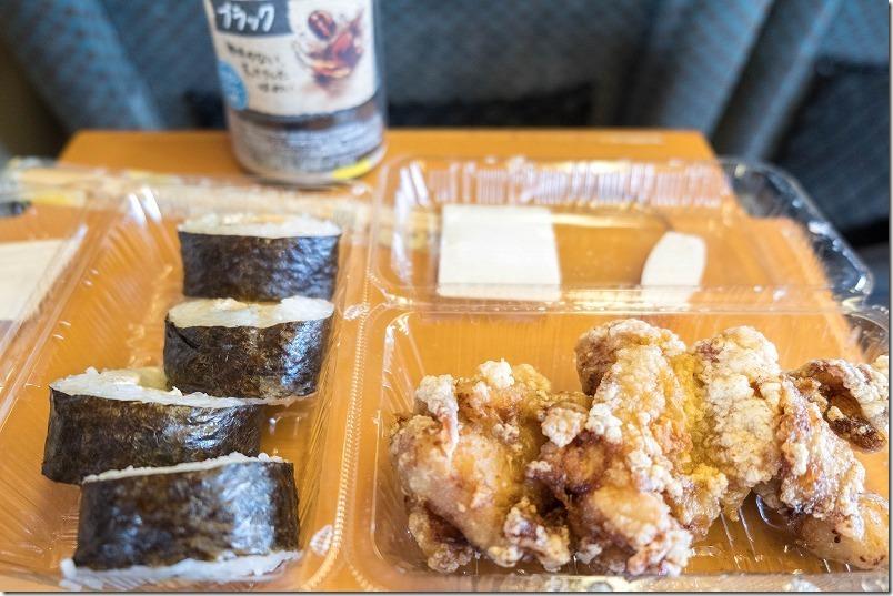 九州横断特急「あそ」の中でお弁当で朝飯