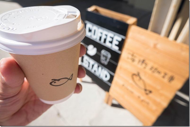特急「A列車行こう」の三角駅前でコーヒー