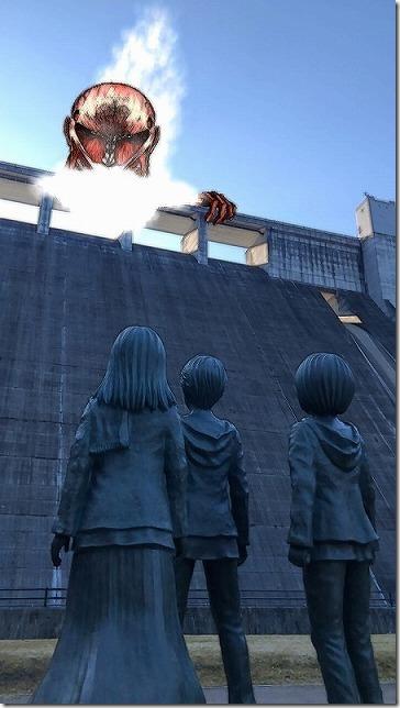 進撃の巨人の銅像、日田 「大山ダム」の壁AR