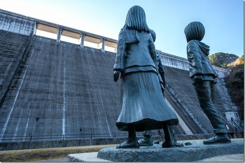 進撃の巨人の銅像、日田 「大山ダム」の壁