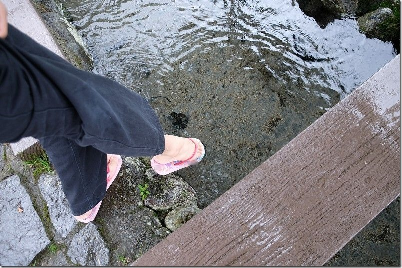 池山水源の湧水足を入れたら冷たい